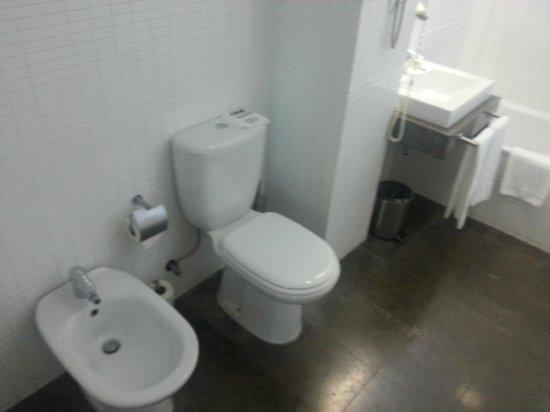 Lutecia Smart Design Hotel: Vista do banheiro