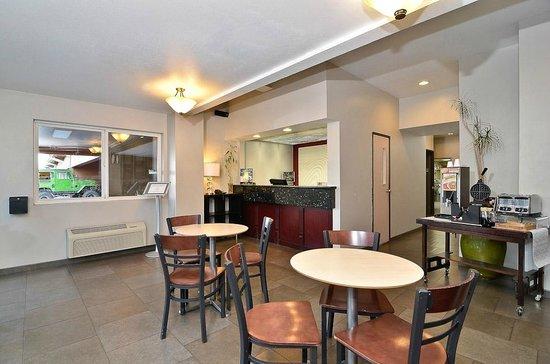 Clackamas Inn & Suites: Lobby