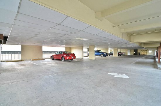 Clackamas Inn & Suites: Parking Garage