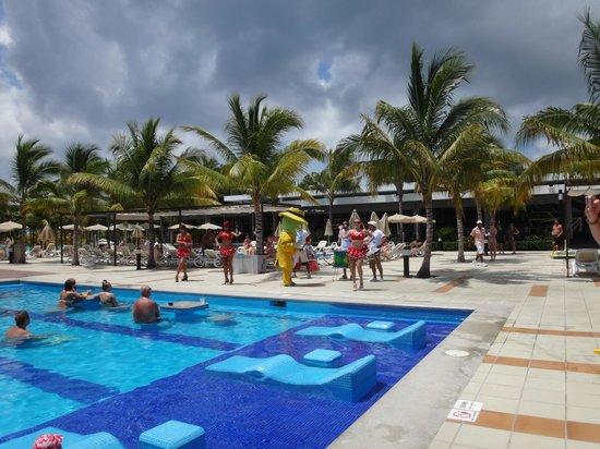 Hotel Riu Palace Mexico: Entertainment at the pool