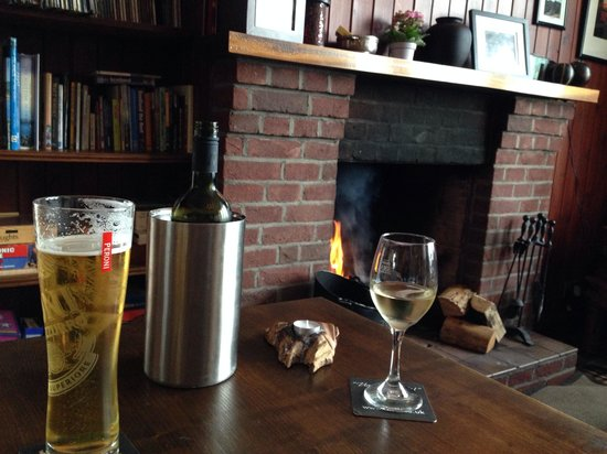 Sconser Lodge Hotel: Enjoying a drink in the bar by the fire