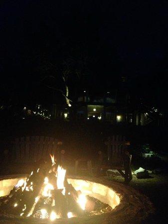 Sage Hill Inn & Spa: Fire side - behind the Inn looking toward it.