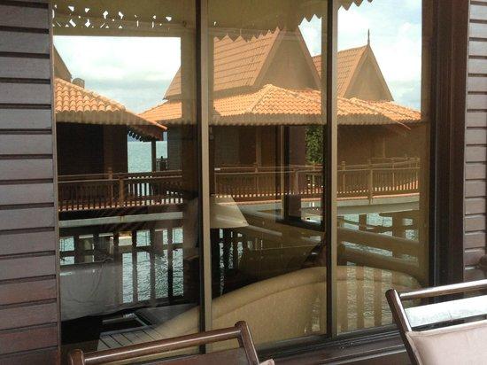 Berjaya Langkawi Resort - Malaysia : Reflection in the balcony door