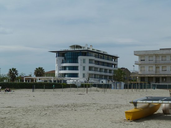 Blu Suite Hotel: L'hotel dalla spiaggia