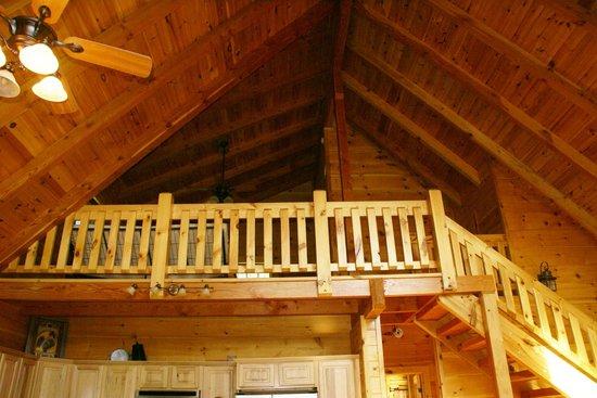 Rustic Cabins: Large loft bedroom