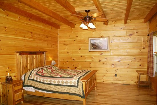 Rustic Cabins: Master bedroom with jacuzzi tub