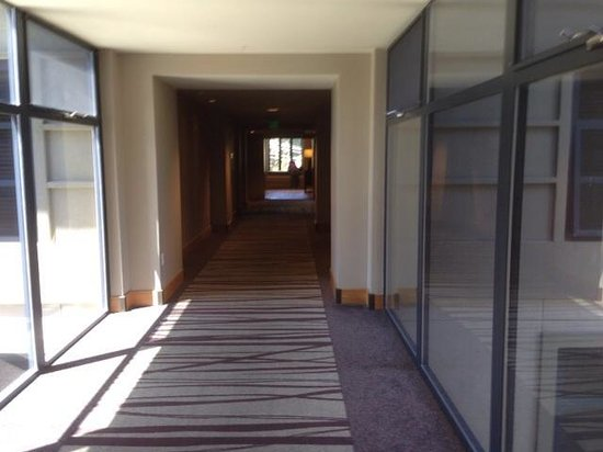 Westin Monache Resort Mammoth: Section of the hallway on the 6th fl with glass panels for spectacular views.
