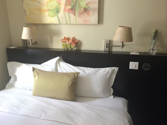 La Place Hotel Antibes: Bedroom, small but bijou!