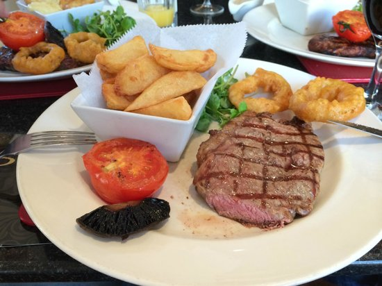 Siennas Bar & Steakhouse Grill: Medium rare sirloin steak