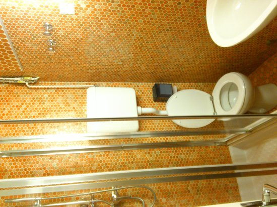 Hotel Aguado: La salle de bain (trop petite!)