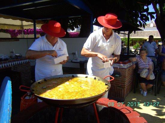 Globales Cortijo Blanco Hotel: el ida del arroz en la plaza del kiosco