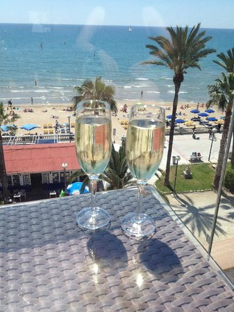 Hotel Platjador: Free cava on arrival on the terrace overlooking the beach.