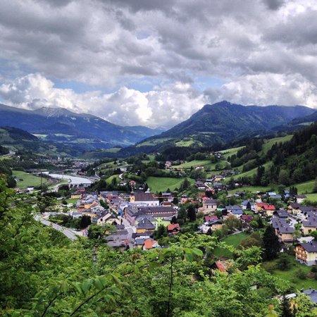 Erlebnisburg Hohenwerfen: The view over Werfen on the walk down to the parking area