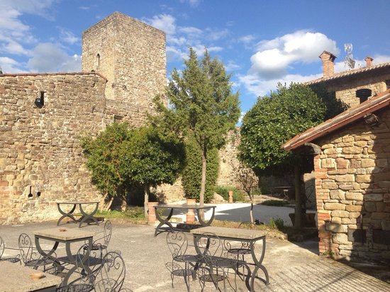 Castello di Petroia: Spazio esterno