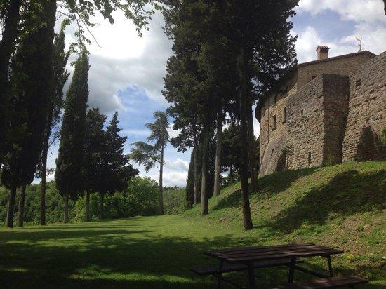 Castello di Petroia: Intorno al castello