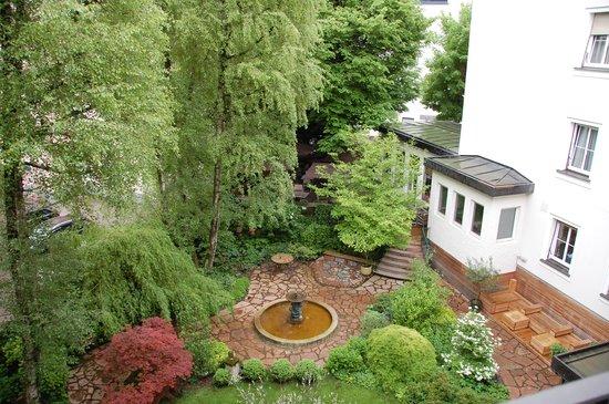 Hotel&Villa Auersperg: Vue sur le jardin
