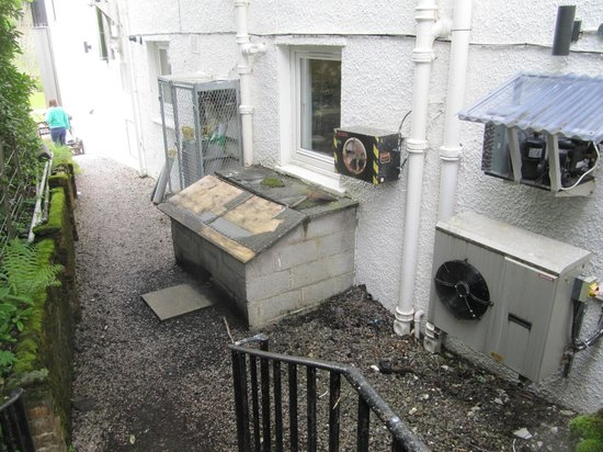 Bridge of Orchy Hotel: Pathway to get to rooms, very unpleasant