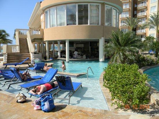 Divi Aruba Phoenix Beach Resort: pool side bar