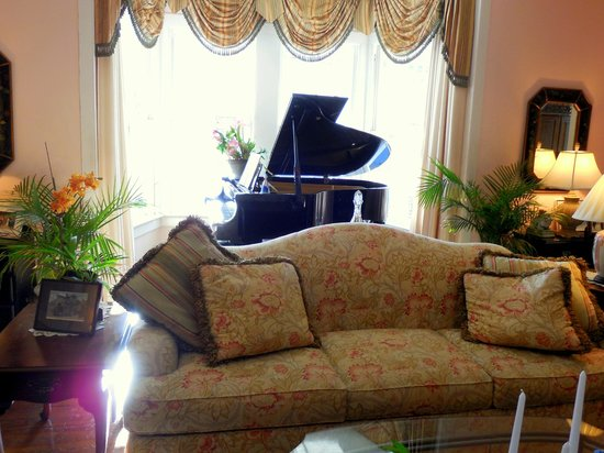 The Kenwood Inn : Sitting Room - So Inviting!