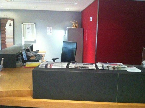 Residhome Appart Hotel Asnieres: Recepción vacía como es usual a las 20.00h