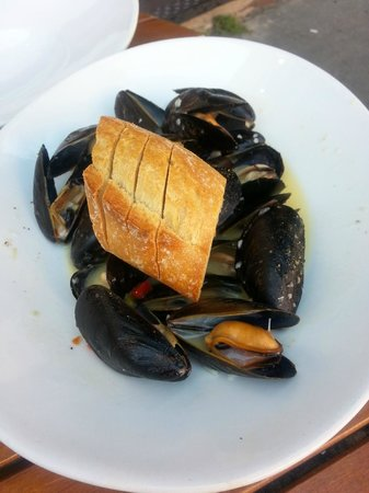 Pearlz Oyster Bar: steamed mussels