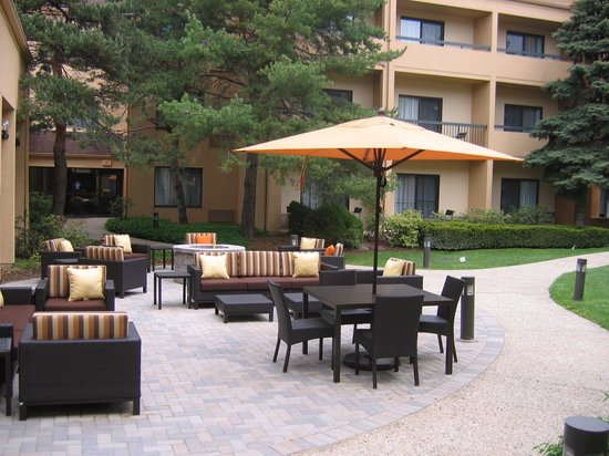 Courtyard by Marriott Chicago Glenview: Courtyard Glenview New Patio and Firepit