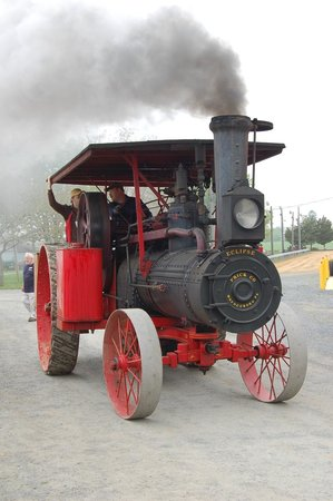 Rough and Tumble Historical Association: Steam engine under power