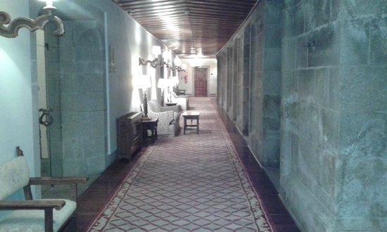 Parador Hostal Dos Reis Catolicos: Vista interna de um dos corredores do hotel