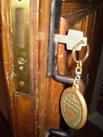 Parador Hostal Dos Reis Catolicos: Chaveiro da porta do apartamento