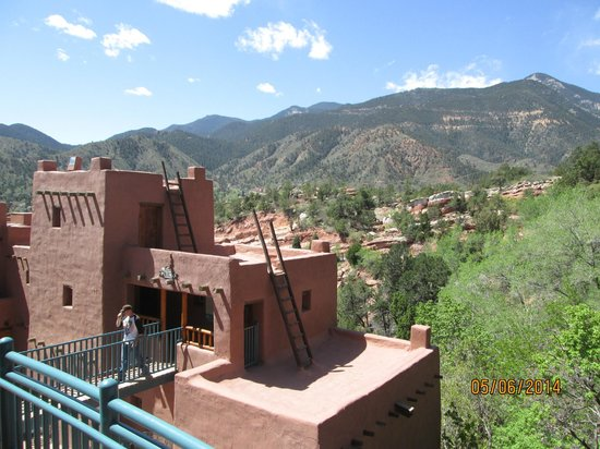 Manitou Cliff Dwellings: climbing up is tenuous