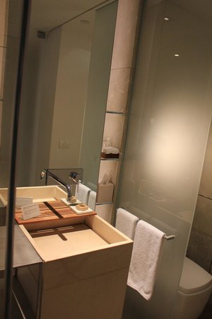 Mamilla Hotel: Nicely appointed bathroom