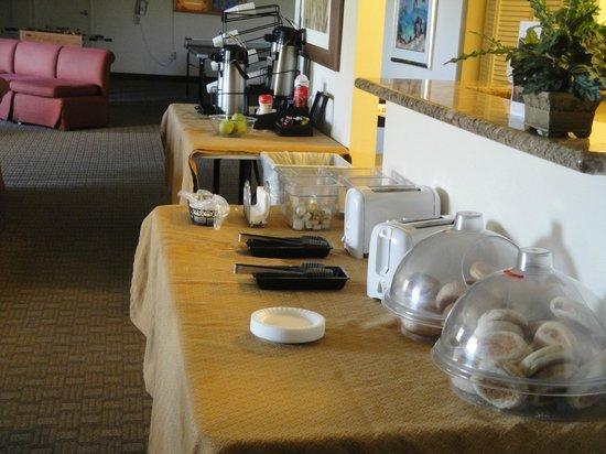 Club de Soleil All-Suite Resort: Sparse contiental breakfast