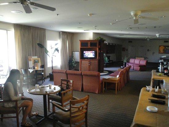 Club de Soleil All-Suite Resort: Breakfast is held in owners lounge until 10 a.m.