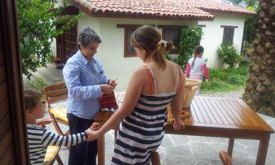 Akdeniz Bahcesi: Хозяйка делится секретами мастерства по народным ремёслам (ткачеству)