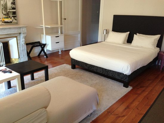 L'Hotel Particulier: Spacious apartment for 2. Complete with kitchenette & attached bathroom.