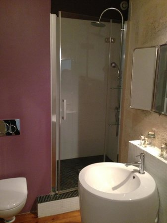 L'Hotel Particulier : Modern bathroom with full amenities.