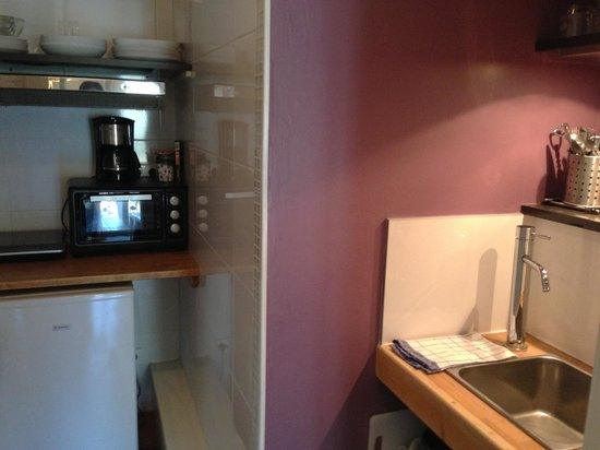 L'Hotel Particulier : Compact kitchen to cook simple meals. Complete with condiments too!