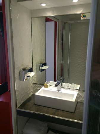 Hôtel Les Jardins de Montmartre : Nice bathroom