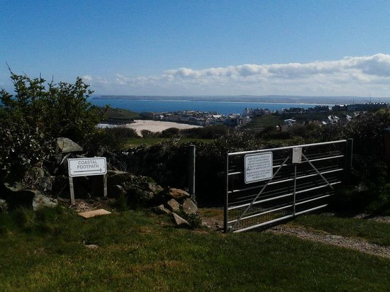 Ayr Holiday Park : Coastal footpath at the back of the field