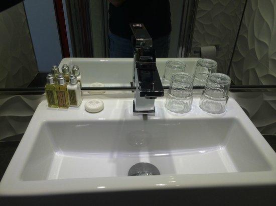 Hôtel Les Jardins de Montmartre : Washbasin good