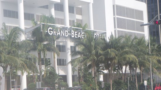 Grand Beach Hotel: Front of hotel