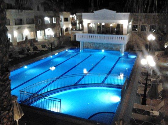 Majestic Hotel: en av poolerna på natten.