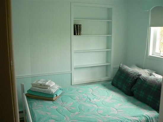 Macdale B&B : CHALEUR BAY ROOM. Double bed with shared bathroom.