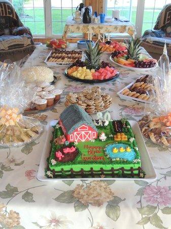 Macdale B&B : Solarium dinig room set for a birthday party.