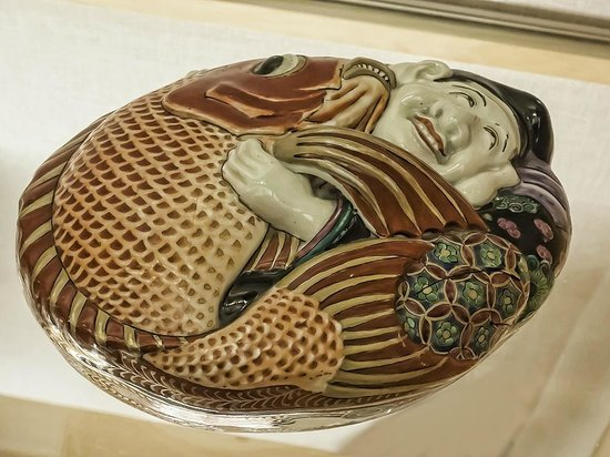 Pacific Asia Museum : Covered ceramic dish from Japan 19th-20th century CE