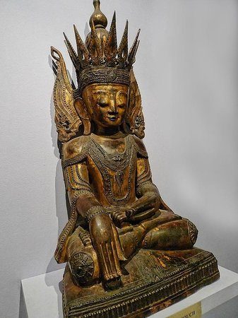 Pacific Asia Museum : Seated Buddha rom Burma-Myanmar 19th century CE lacquered and gilded wood