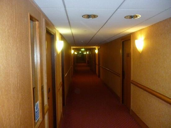 Cedar Court Hotel Huddersfield/Halifax: would have liked hand rails on both sides of stairs
