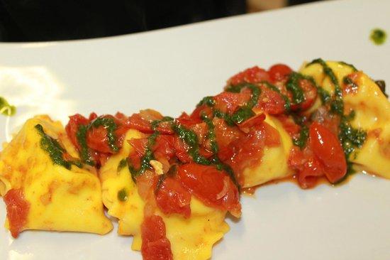 Moro Restaurant: cappellacci di burrata e pomodorini e basilico