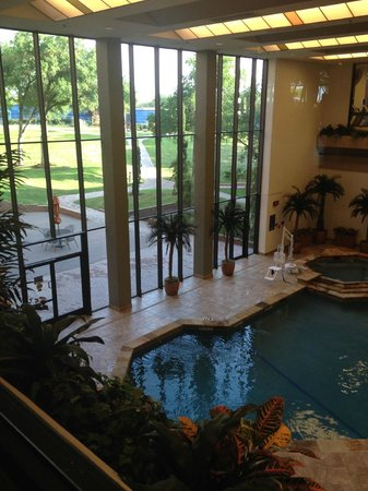 Hilton DFW Lakes Executive Conference Center: Indoor pool - can see outdoor tennis courts