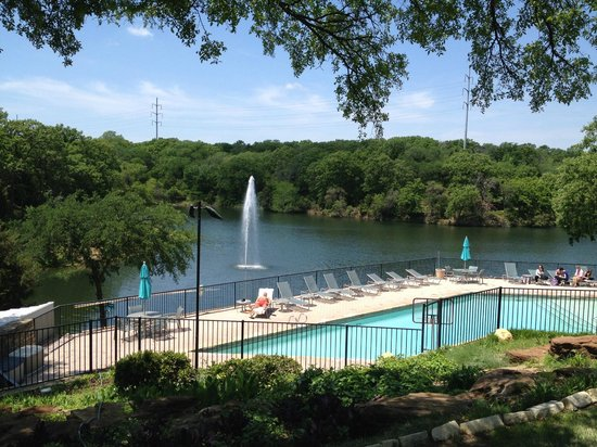 Hilton DFW Lakes Executive Conference Center: Outdoor pool & lake